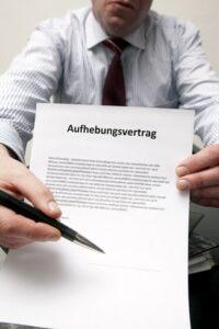 Bevor Sie einen Aufhebungsvertrag unterschreiben, lassen Sie sich beraten.